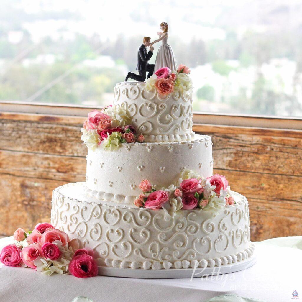 Трехъярусный свадебный торт из натуральных ингредиентов